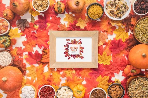 Осенние распродажи в окружении сухих разноцветных листьев