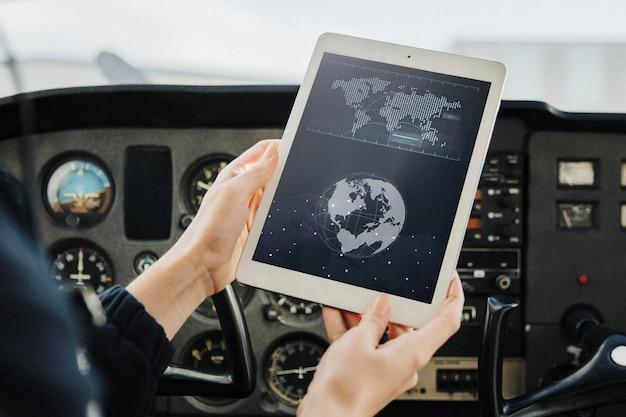 내비게이션용 디지털 태블릿을 사용하는 에비에이터
