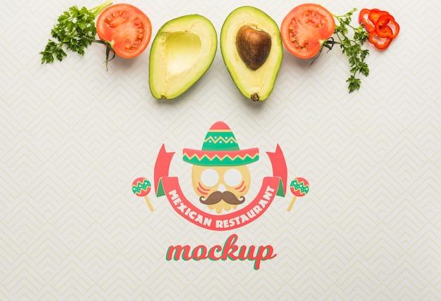 アボカドとトマトのフレーミングメキシコ料理レストランのモックアップ