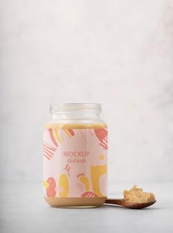 離乳食の瓶とスプーンの配置