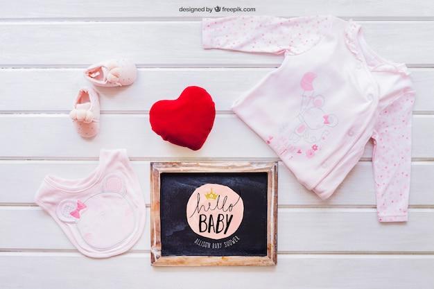 여자 옷과 슬레이트와 아기 모형