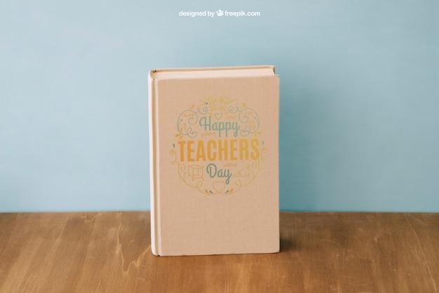 Назад к школьной композиции с книгой на деревянной поверхности