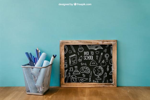 Назад к школьной композиции со сланцем и ручками