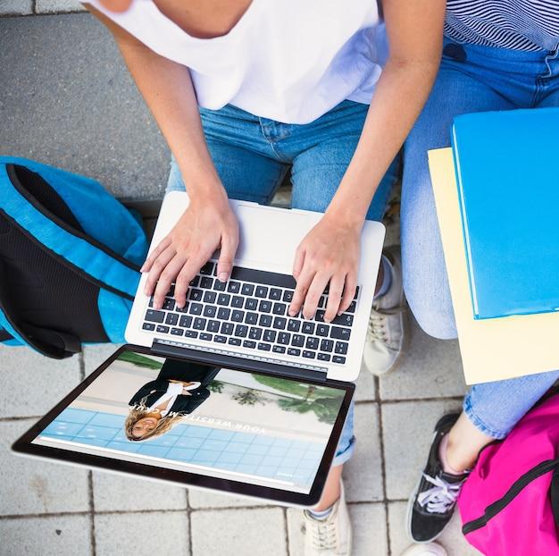 노트북을 사용하는 여자와 학교 개념으로 돌아 가기