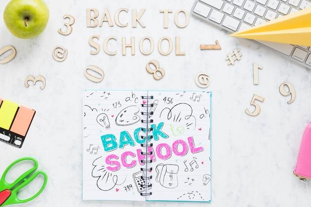 白いキーボードで学校用品に戻る