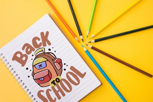노트북 페이지가있는 학교 모형으로 돌아 가기