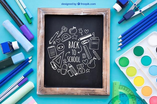 Назад к школьному макету со сланцем и ручками