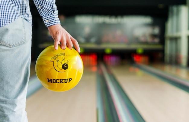 Vista posteriore dell'uomo che gioca a bowling