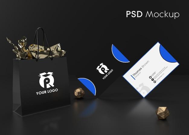 背景黒のモダンな名刺とモックアップの準備ができてギフト包装袋