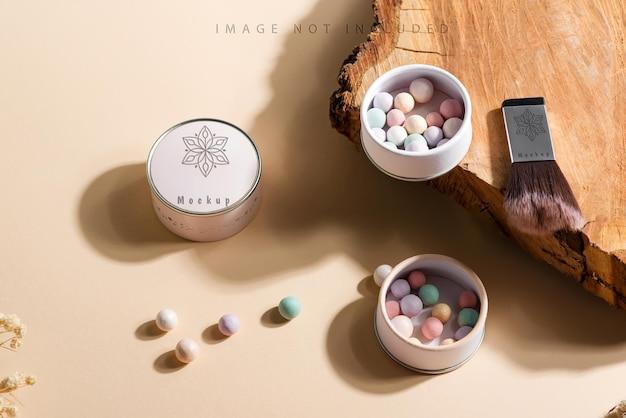 Шариковые жемчужные румяна, пудра для лица, макет кисти для макияжа на бежевой поверхности.