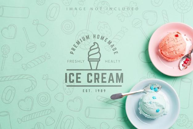 갓 조리 된 천연 수제 다채로운 딸기 아이스크림 또는 젤라토의 공은 모형 파스텔 파란색 배경에 세라믹 접시에 공간을 복사합니다. 평면도.