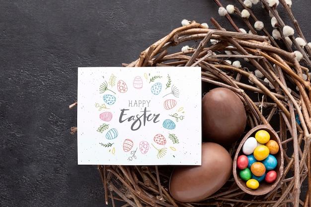 チョコレートの卵が付いているバスケット