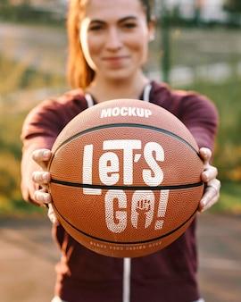ボールとバスケットボールのゲームデザインのモックアップ