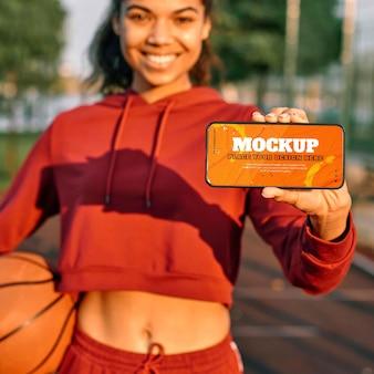 スマートフォンでバスケットボールのゲームデザインのモックアップ