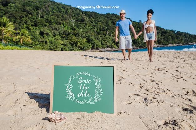 슬레이트와 몇 손을 잡고 해변 개념