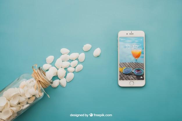 Концепция пляжа со смартфоном