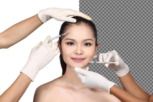 미용사는 고립된 환자의 얼굴 모양 피부 관리 코 성형술을 진단합니다. 20대 미인에 브이셰이프 리프팅 페이스 보톡스 필러 광채 피부. 스튜디오 흰색 배경 반신