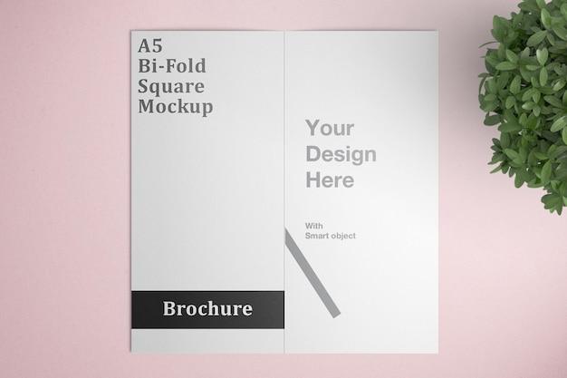美しい二つ折りパンフレットのモックアップ
