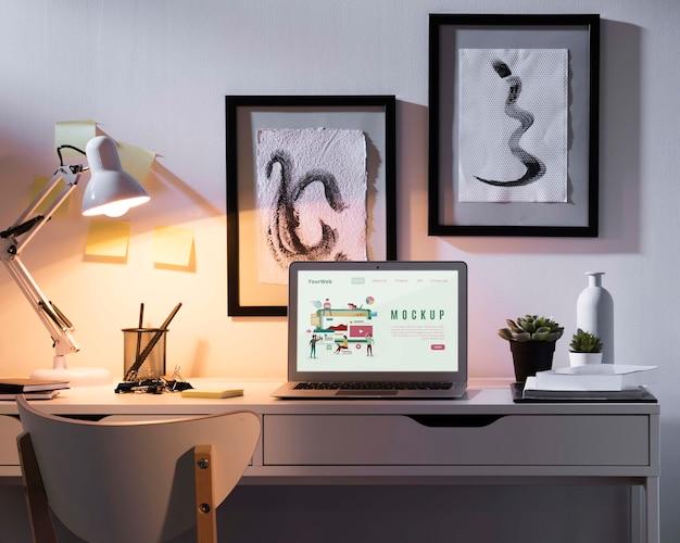 Bellissimo concetto di scrivania mock-up