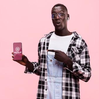 Bellissimo uomo con smartphone mock-up