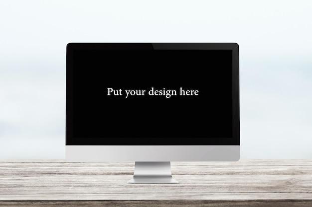 Красивый макет экрана на деревянном столе