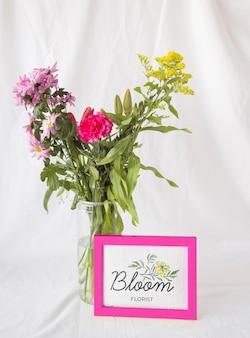 美しい春の花のコンセプトのモックアップ