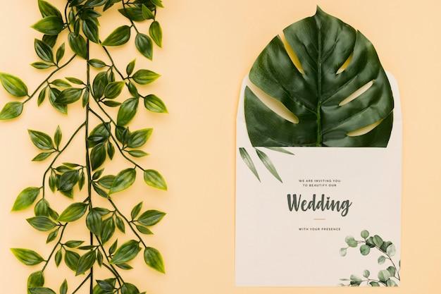 美しい結婚式の招待状の概念のモックアップ