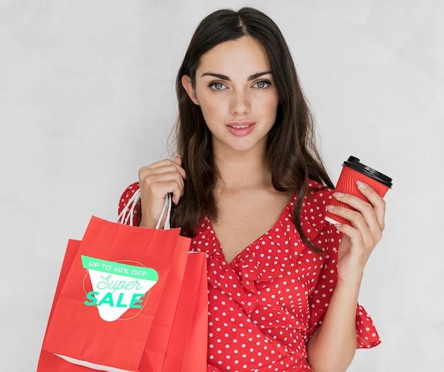 買い物袋を持つ美しい女性