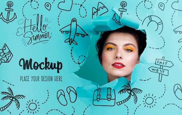 Bella donna con mock-up di trucco estivo