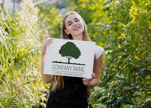 Красивая молодая девушка в окружении растений