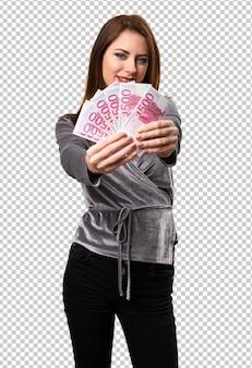 Красивая молодая девушка, принимая много денег