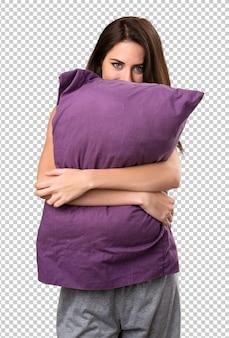 枕と美しい若い女の子