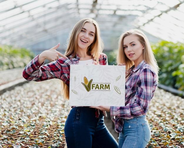 Красивые молодые девушки позируют на ферме
