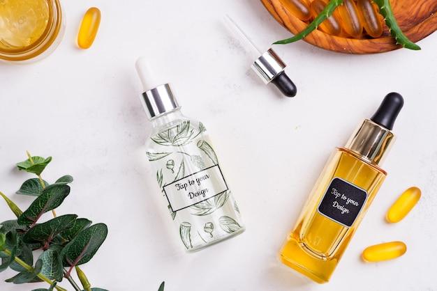 Красота натуральных продуктов с косметическим кремом и сывороткой в стеклянных бутылках макет
