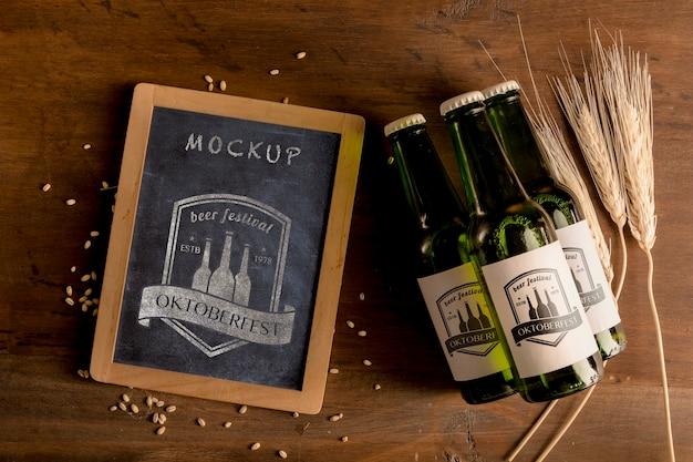 나무 테이블에 맥주 병입니다.