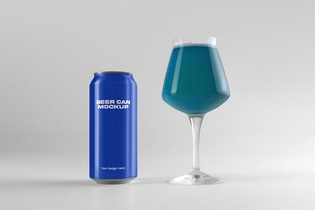3dレンダリングでのビール缶とガラスのモックアップデザイン
