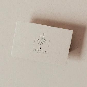 Design mockup di carta nome botanico in bianco beige