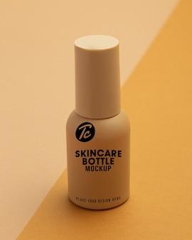 美容スキンケア化粧品モックアップのベージュのプラスチックボトル