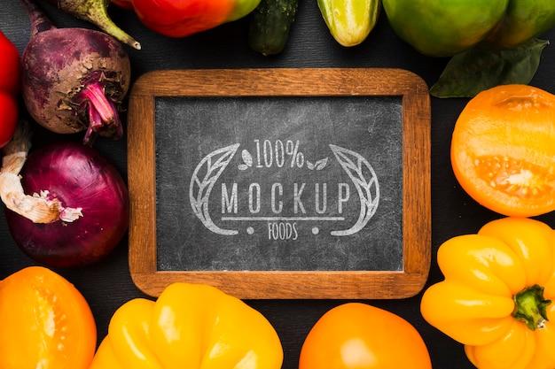 ピーマンと他の野菜地元で栽培された野菜のモックアップ