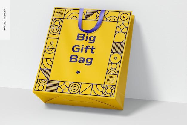 리본 핸들 모형이 달린 큰 선물 가방, 기울어 진