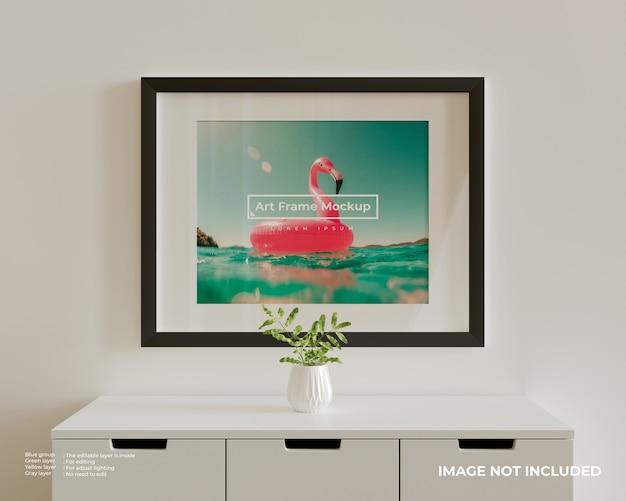 흰색 찬장 위에 큰 가로 아트 프레임 포스터 모형