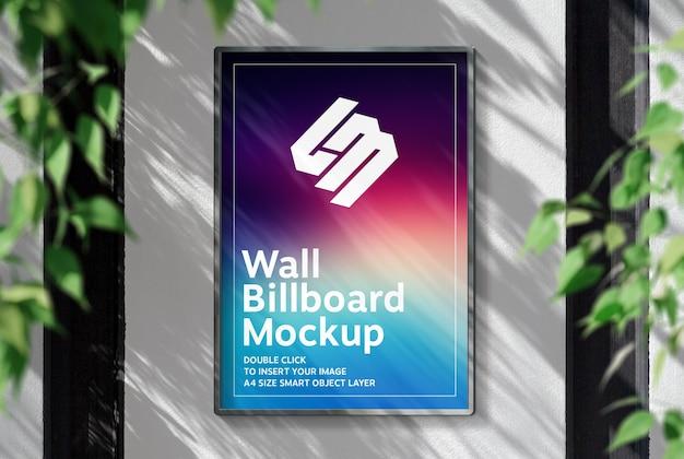 Рекламный щит висит на солнечной стене мокап