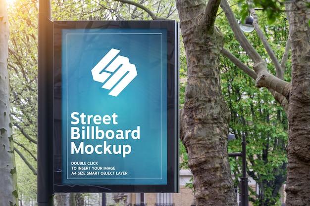 Рекламный щит в городе с природным ландшафтом макет