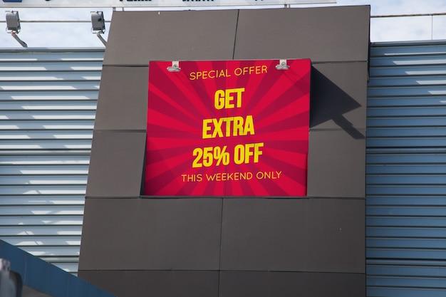 Макет рекламного щита на стене торгового центра