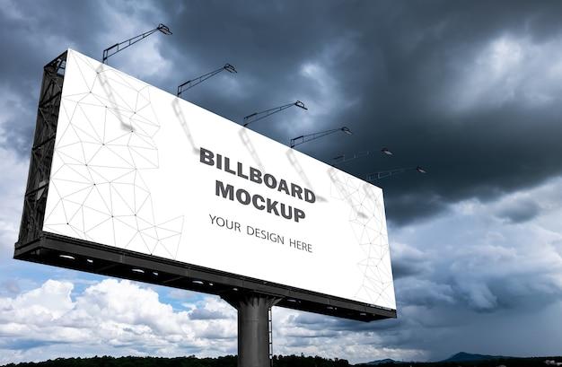 Макет рекламного щита отображается на открытом воздухе