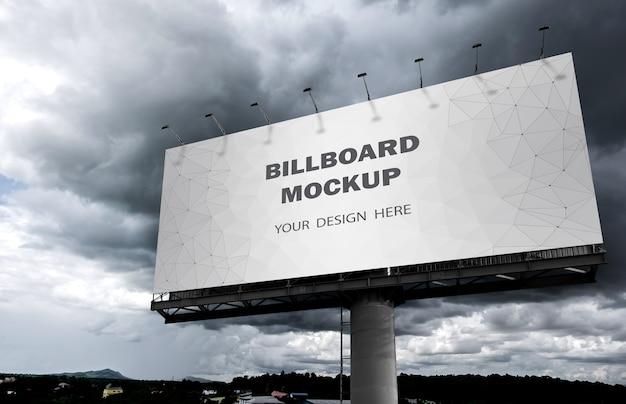 屋外の空に表示される看板のモックアップ