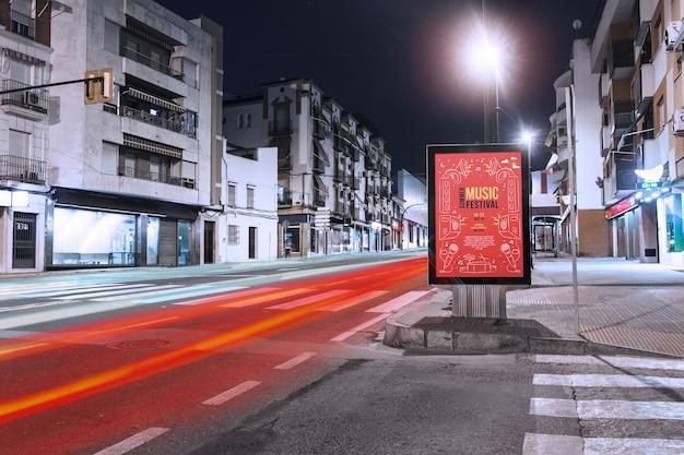 Макет рекламного щита в городе ночью