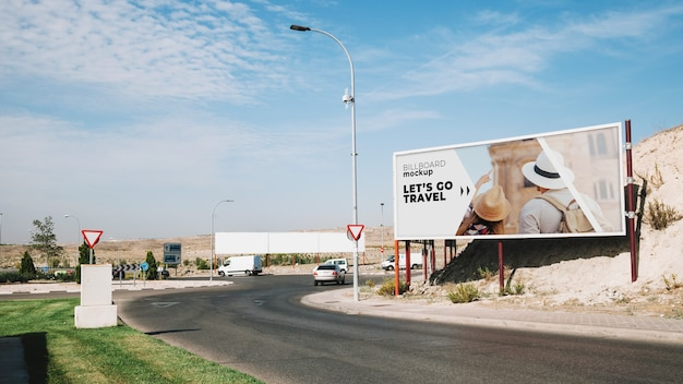 Макет рекламного щита рядом с дорогой