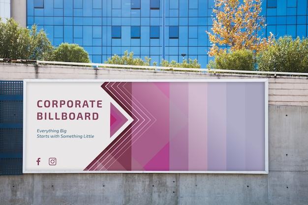 Макет рекламного щита на бетонной стене