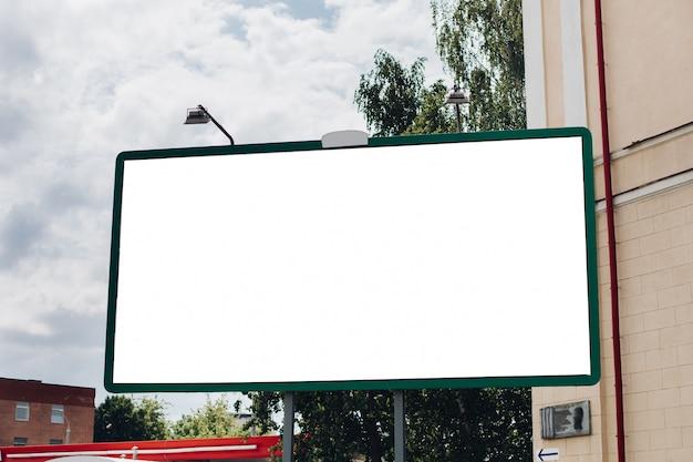 広告用の表面がブランクの看板